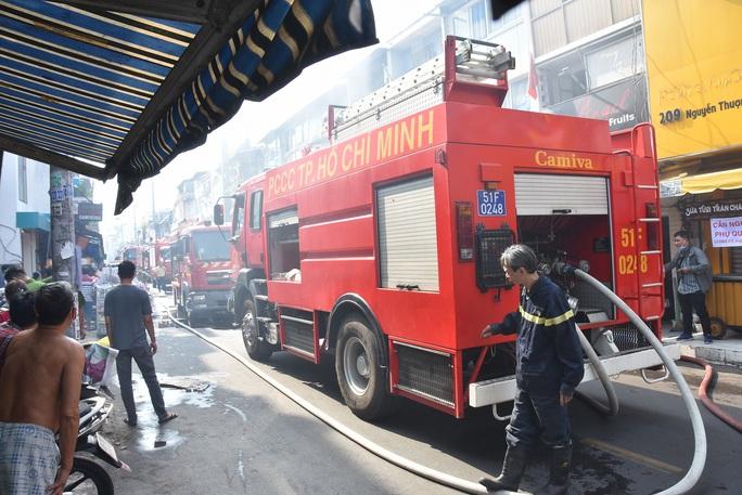 CLIP: Cháy ở hẻm 416 Nguyễn Đình Chiểu, quận 3, TP HCM - Ảnh 8.