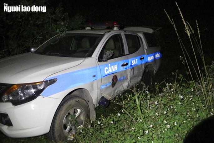 Xe tuần tra của CSGT Hòa Bình bị hất văng xuống vệ đường - Ảnh 1.