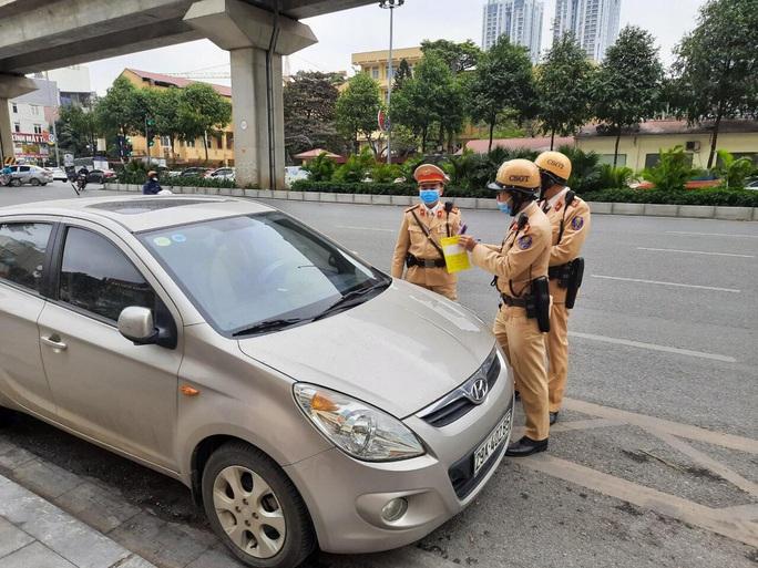 Nhiều tài xế ôtô bất ngờ trong ngày đầu cảnh sát dán thông báo phạt nguội - Ảnh 4.