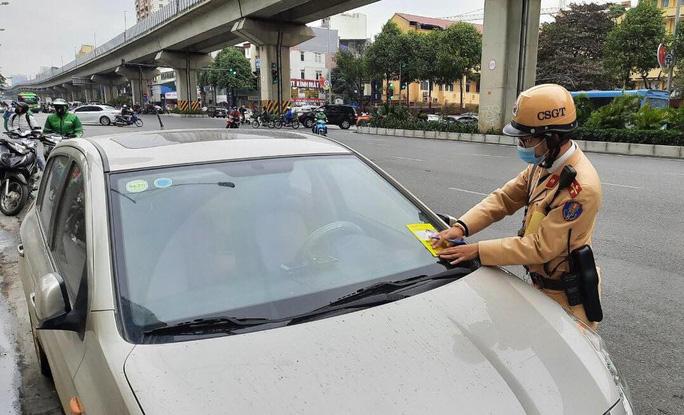 Nhiều tài xế ôtô bất ngờ trong ngày đầu cảnh sát dán thông báo phạt nguội - Ảnh 5.