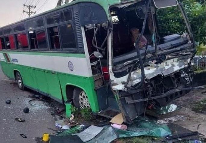 CLIP: Kinh hãi xe khách chở 30 người tông thẳng đuôi xe tải, rồi cắm đầu vào cột điện - Ảnh 2.