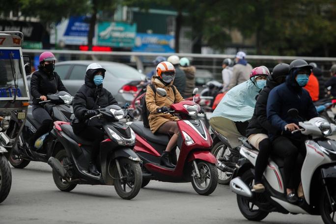 CLIP: Người dân Hà Nội co ro trong rét đậm tràn về - Ảnh 2.