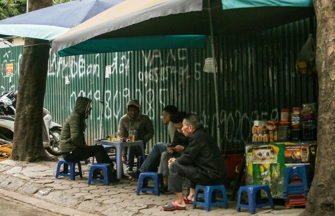 CLIP: Người dân Hà Nội co ro trong rét đậm tràn về - Ảnh 15.