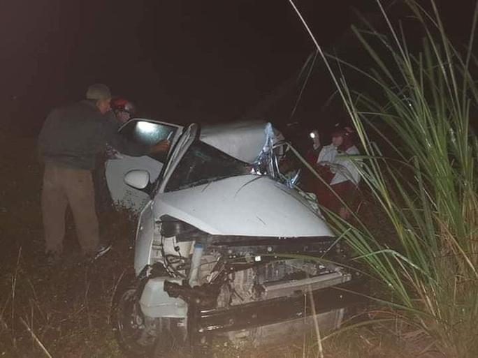 Xe tải và xe con đấu đầu trên dốc Ba Cô, tài xế tử vong kẹt trong cabin - Ảnh 1.