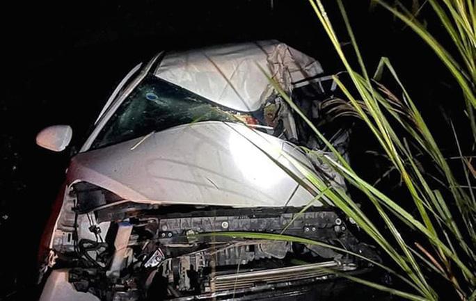 Xe tải và xe con đấu đầu trên dốc Ba Cô, tài xế tử vong kẹt trong cabin - Ảnh 2.