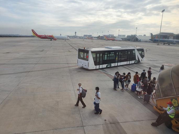 Vé máy bay Tết bắt đầu nóng, thị trường xuất hiện vé giả - Ảnh 1.