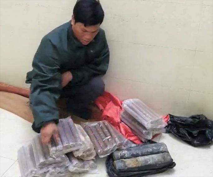 Phát hiện xe taxi chở 26 kg thuốc nổ được ngụy trang trong bao tải - Ảnh 2.