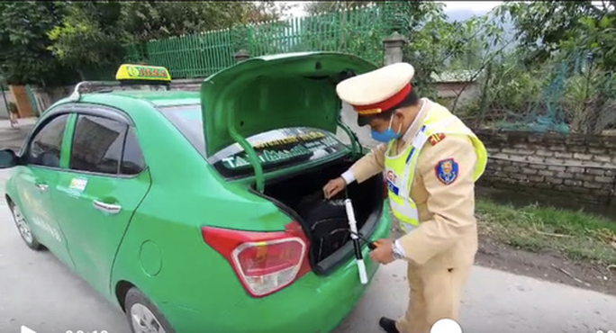 Phát hiện xe taxi chở 26 kg thuốc nổ được ngụy trang trong bao tải - Ảnh 1.