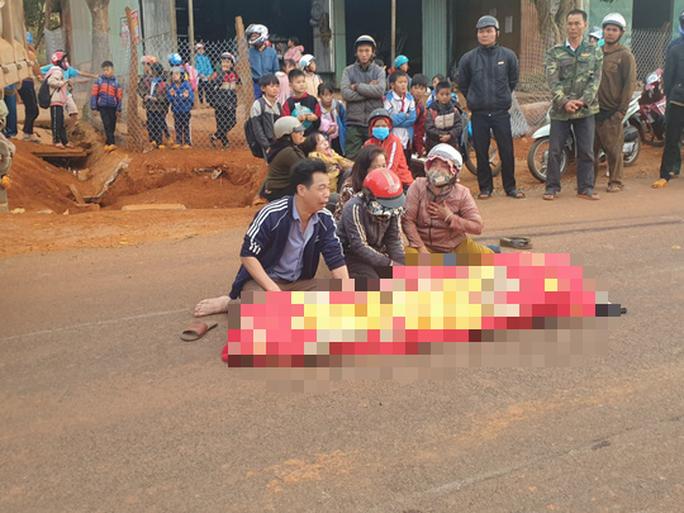 Một học sinh tử nạn dưới bánh xe ben trước cổng trường - Ảnh 2.
