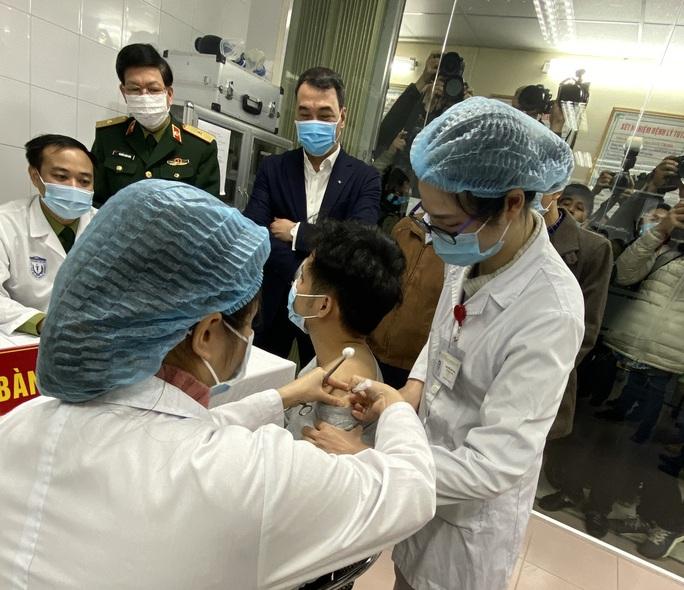 Thông tin mới về sức khoẻ 3 người tình nguyện sau tiêm vắc-xin Covid-19 - Ảnh 1.