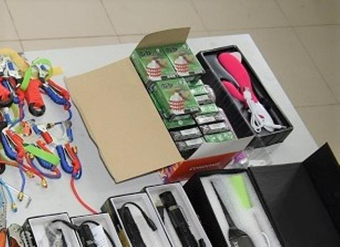 Lên cửa khẩu mua vũ khí thô sơ, đồ chơi tình dục về quê bán thì bị bắt - Ảnh 2.