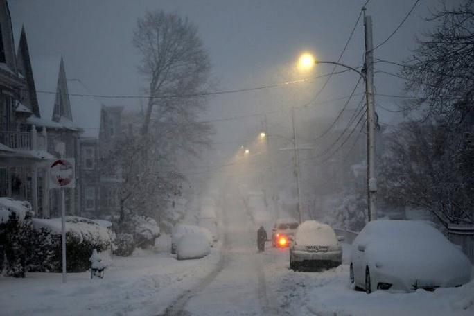 New York và bờ Đông của Mỹ bị tuyết dày cả mét vùi lấp - Ảnh 2.