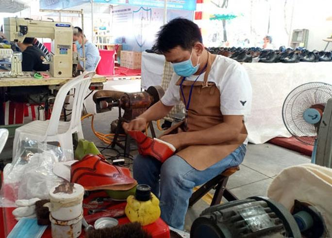 Thi thợ giỏi ngành da giày - Ảnh 1.