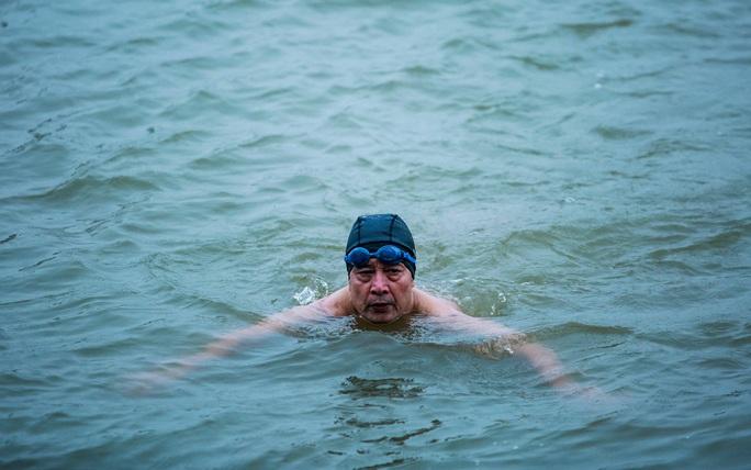 """Choáng với cảnh """"tắm tiên"""" ở sông Hồng dưới cái lạnh """"thấu xương"""" - Ảnh 6."""