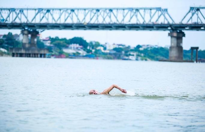 """Choáng với cảnh """"tắm tiên"""" ở sông Hồng dưới cái lạnh """"thấu xương"""" - Ảnh 9."""
