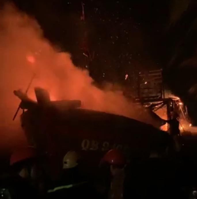 Quảng Bình: 1 tàu cá bất ngờ bốc cháy ngùn ngụt trong đêm - Ảnh 2.
