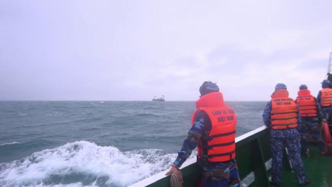 Vụ chìm tàu nước ngoài ở biển Phú Quý: Tìm thấy 11 người, 4 người chết và mất tích - Ảnh 4.
