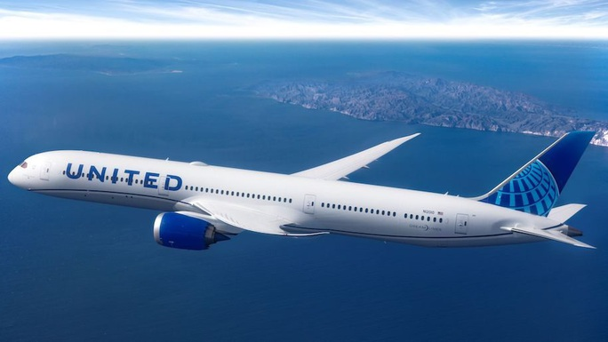 Cả máy bay nháo nhào vì hành khách đổ bệnh rồi tử vong - Ảnh 1.