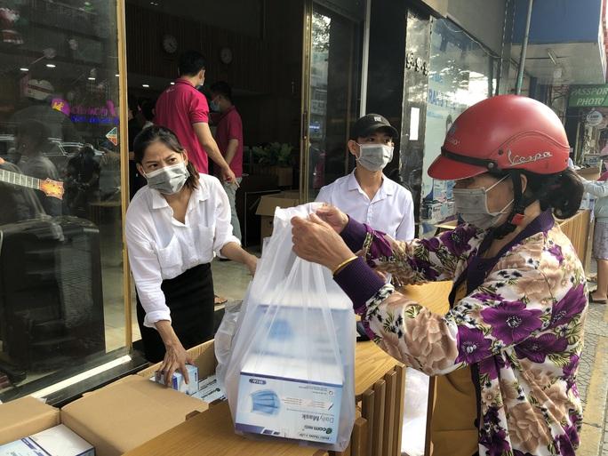 CLIP: Người dân TP HCM mua khẩu trang chống dịch Covid-19 - Ảnh 1.