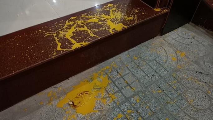 Phóng viên Báo Người Lao Động liên tiếp bị kẻ bịt mặt ném chất bẩn vào nhà - Ảnh 5.