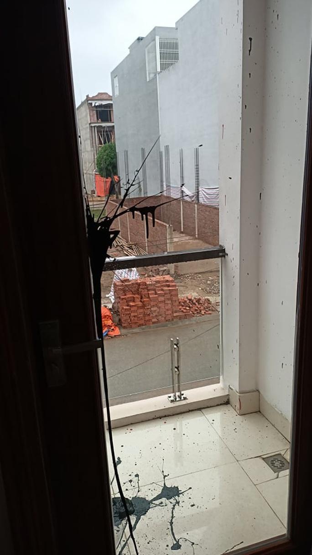 Phóng viên Báo Người Lao Động liên tiếp bị kẻ bịt mặt ném chất bẩn vào nhà - Ảnh 6.