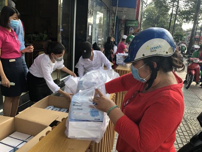 CLIP: Người dân TP HCM mua khẩu trang chống dịch Covid-19 - Ảnh 4.