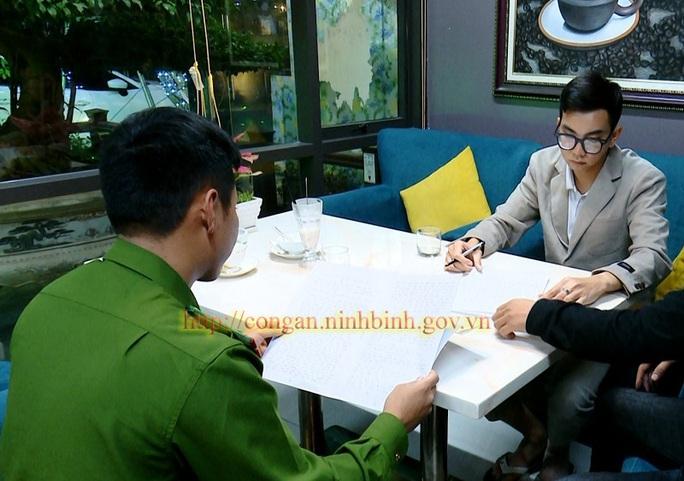 Bắt quả tang phóng viên cưỡng đoạt 30 triệu đồng của Bệnh viện Đa khoa tỉnh Ninh Bình - Ảnh 2.