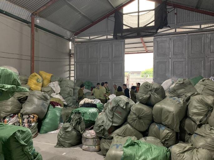 Nữ 9X làm chủ kho hàng chứa 28,3 tấn quần áo sida nhập lậu - Ảnh 1.