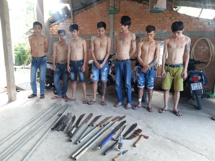 Phát hiện kho hung khí trong tụ điểm game bắn cá ở Tiền Giang - Ảnh 1.