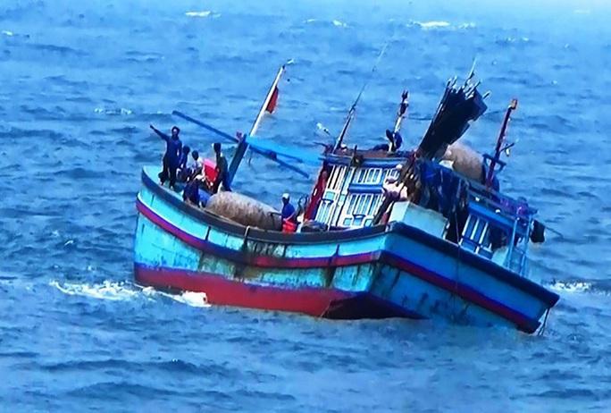Bình Định: Một tàu cá bị sóng đánh chìm, 2 ngư dân mất tích trên biển - Ảnh 1.