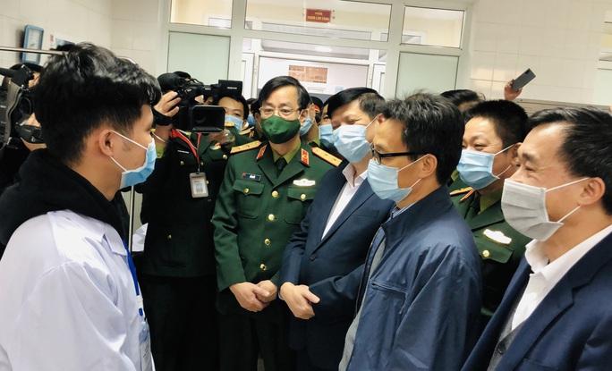 CLIP: Phó Thủ tướng Vũ Đức Đam trò chuyện với 3 người tình nguyện đầu tiên tiêm vắc-xin Covid-19 - Ảnh 1.