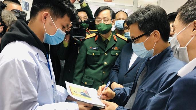 CLIP: Phó Thủ tướng Vũ Đức Đam trò chuyện với 3 người tình nguyện đầu tiên tiêm vắc-xin Covid-19 - Ảnh 3.