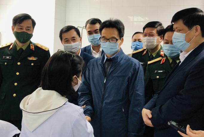CLIP: Phó Thủ tướng Vũ Đức Đam trò chuyện với 3 người tình nguyện đầu tiên tiêm vắc-xin Covid-19 - Ảnh 4.