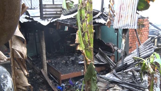 CLIP: Đám cháy bùng phát lúc 10 giờ, gây thiệt hại cho 7 hộ dân - Ảnh 2.