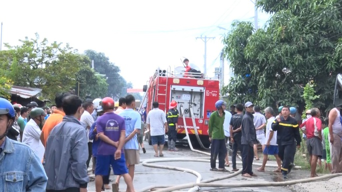 CLIP: Đám cháy bùng phát lúc 10 giờ, gây thiệt hại cho 7 hộ dân - Ảnh 3.