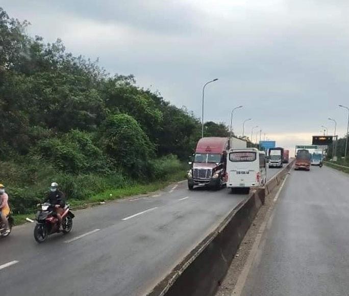 Đồng Nai: Kinh hoàng xe khách lao vun vút ngược chiều trên Quốc lộ 1 - Ảnh 2.
