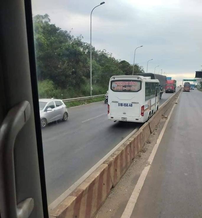Đồng Nai: Kinh hoàng xe khách lao vun vút ngược chiều trên Quốc lộ 1 - Ảnh 3.