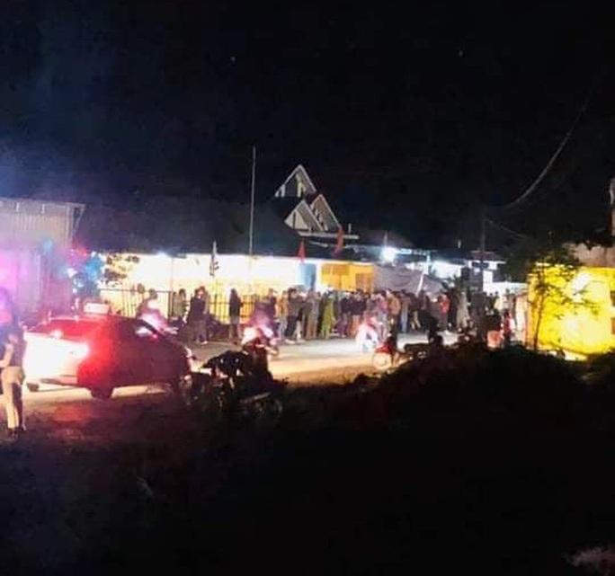Xe máy tông bay gác chắn đám tang: 1 người chết, 4 người bị thương - Ảnh 1.