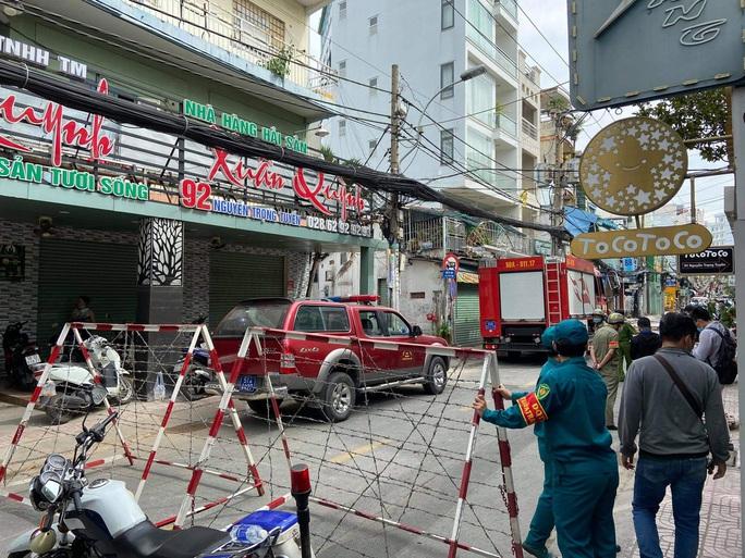 Công an phong tỏa hiện trường vụ nổ quán ăn ở quận Phú Nhuận - Ảnh 1.