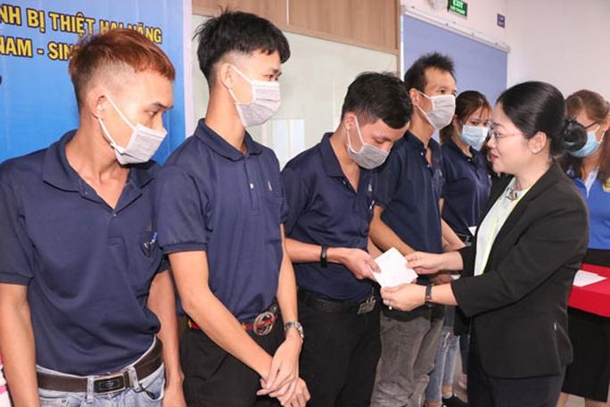 Tặng quà cho công nhân có gia đình bị thiệt hại do bão lũ - Ảnh 1.