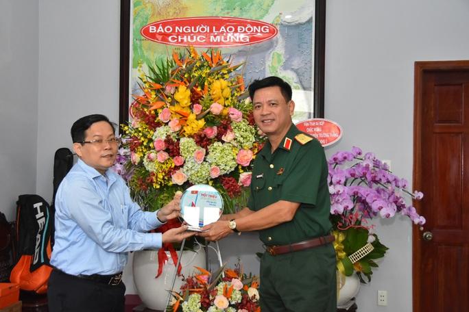 Tổng Biên tập Báo Người Lao Động thăm, chúc mừng các đơn vị quân đội - Ảnh 1.