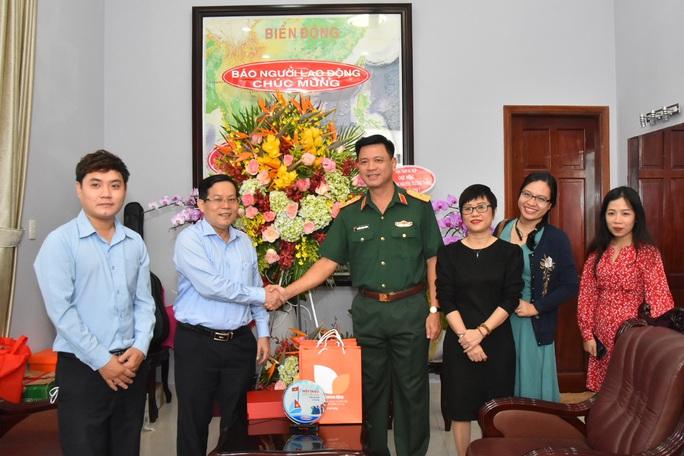Tổng Biên tập Báo Người Lao Động thăm, chúc mừng các đơn vị quân đội - Ảnh 2.