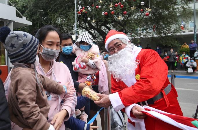 Giáng sinh vui cho những bệnh nhân nhi - Ảnh 1.