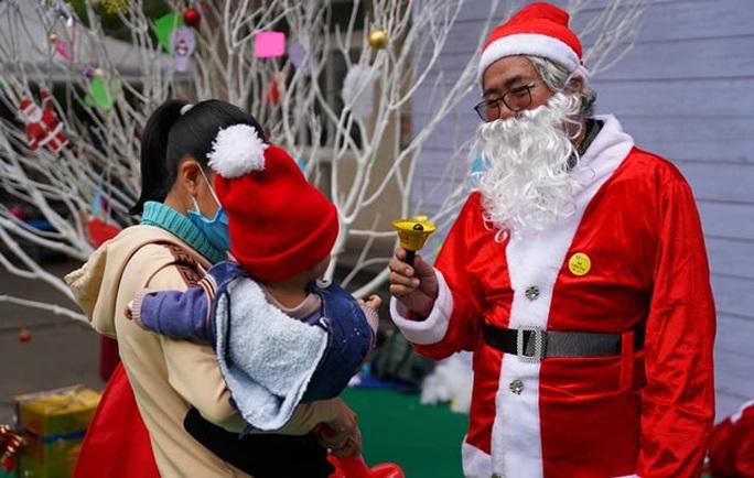 Giáng sinh vui cho những bệnh nhân nhi - Ảnh 2.