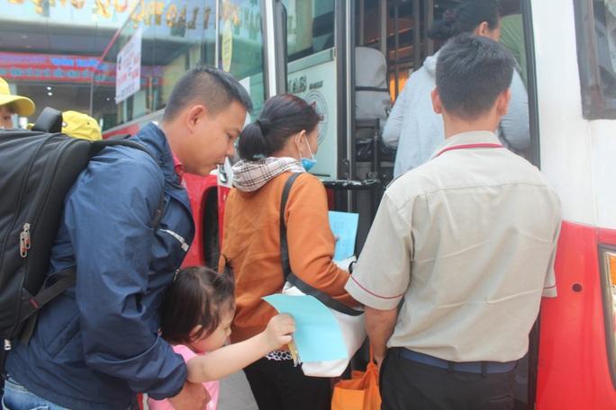 Chuyến tàu mùa Xuân đưa công nhân về quê đón Tết - Ảnh 1.