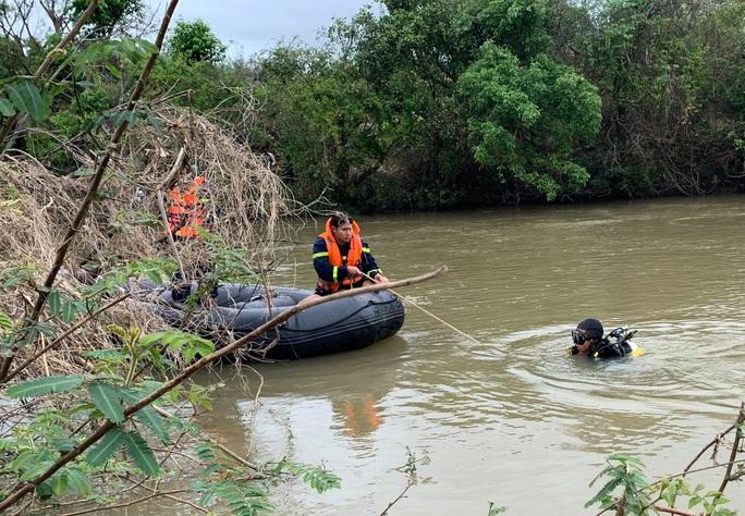 Lật thuyền giữa sông Ba, 1 thanh niên chết đuối - Ảnh 1.