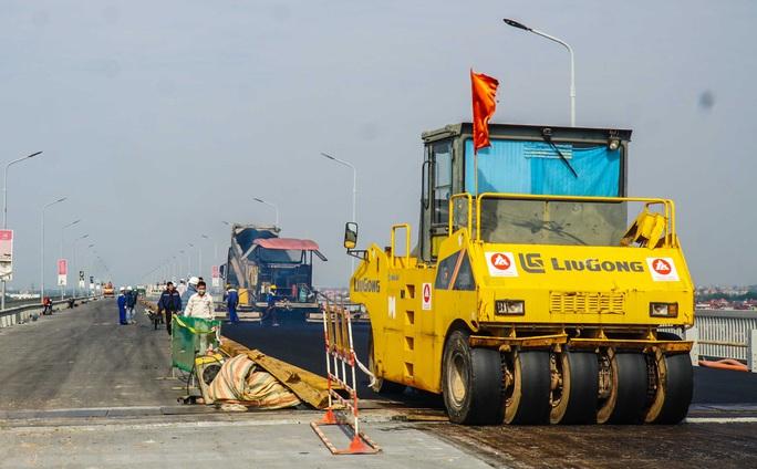 CLIP: Cận cảnh công nhân gấp rút sửa cầu Thăng Long chi phí 269 tỉ đồng - Ảnh 4.