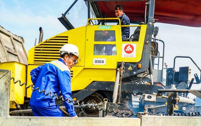 CLIP: Cận cảnh công nhân gấp rút sửa cầu Thăng Long chi phí 269 tỉ đồng - Ảnh 8.