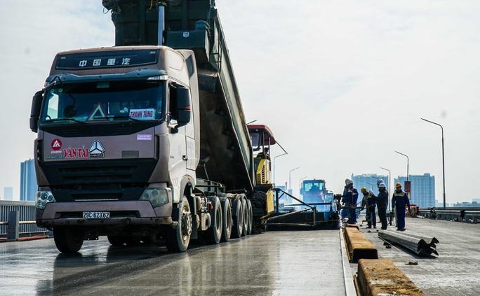 CLIP: Cận cảnh công nhân gấp rút sửa cầu Thăng Long chi phí 269 tỉ đồng - Ảnh 13.