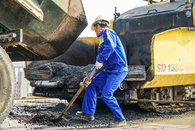 CLIP: Cận cảnh công nhân gấp rút sửa cầu Thăng Long chi phí 269 tỉ đồng - Ảnh 14.